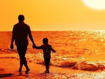Niño con su padre de la mano